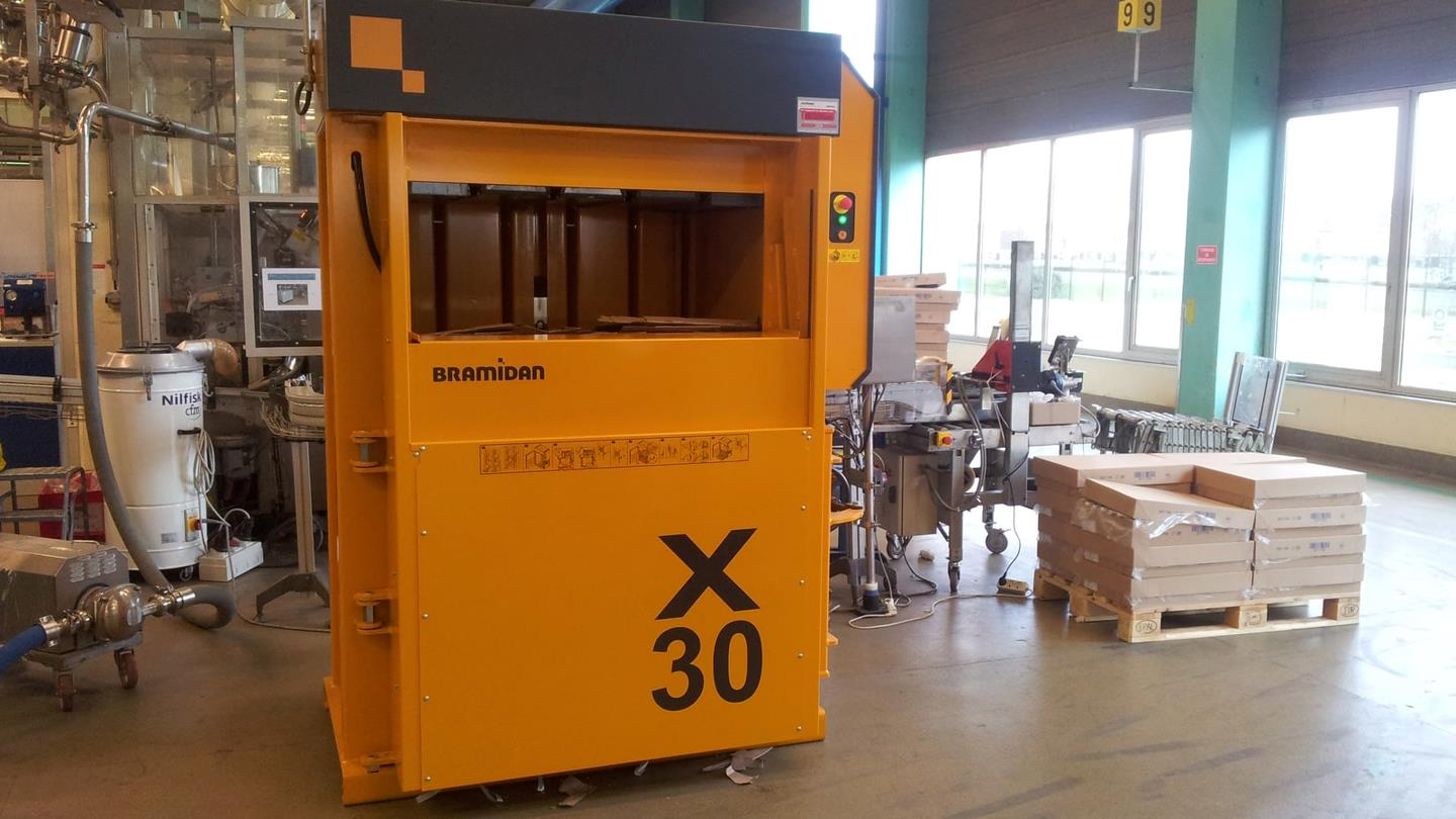 Bramidan X30 AD baler with automatic door placed in Cosmeva production area